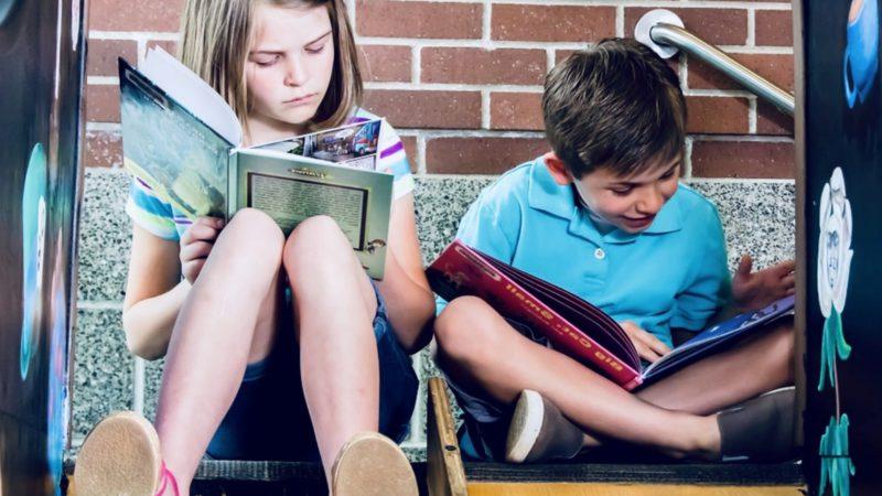 Lära barn läsa och skriva är nog en av de mest meningsfulla grejerna man kan göra!