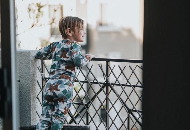 Barn på balkong
